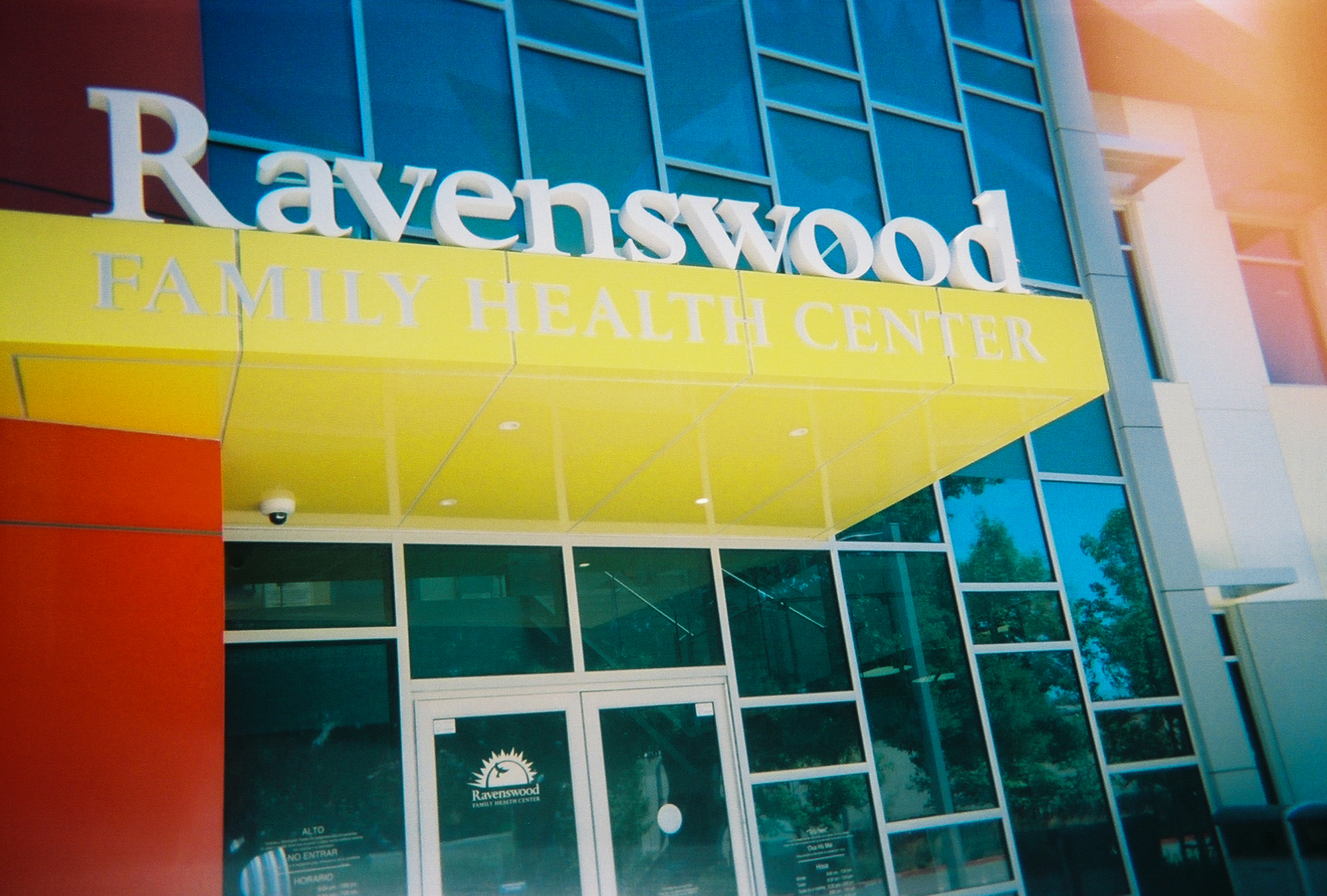 The Ravenswood Family Health Center, based in East Palo Alto serves low-income residents in East Palo Alto, Belle Haven and North Fair Oaks. (Photo by Sitara Dhillon.)