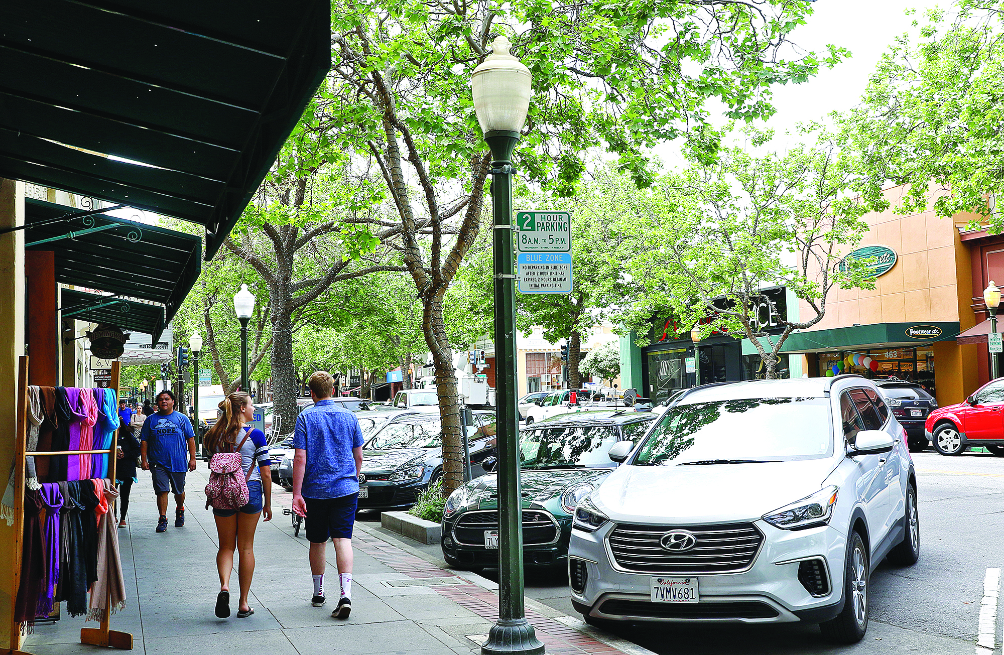 Cars parked in the blue zone along University Avenue in downtown Palo Alto. Photo by Veronica Weber.
