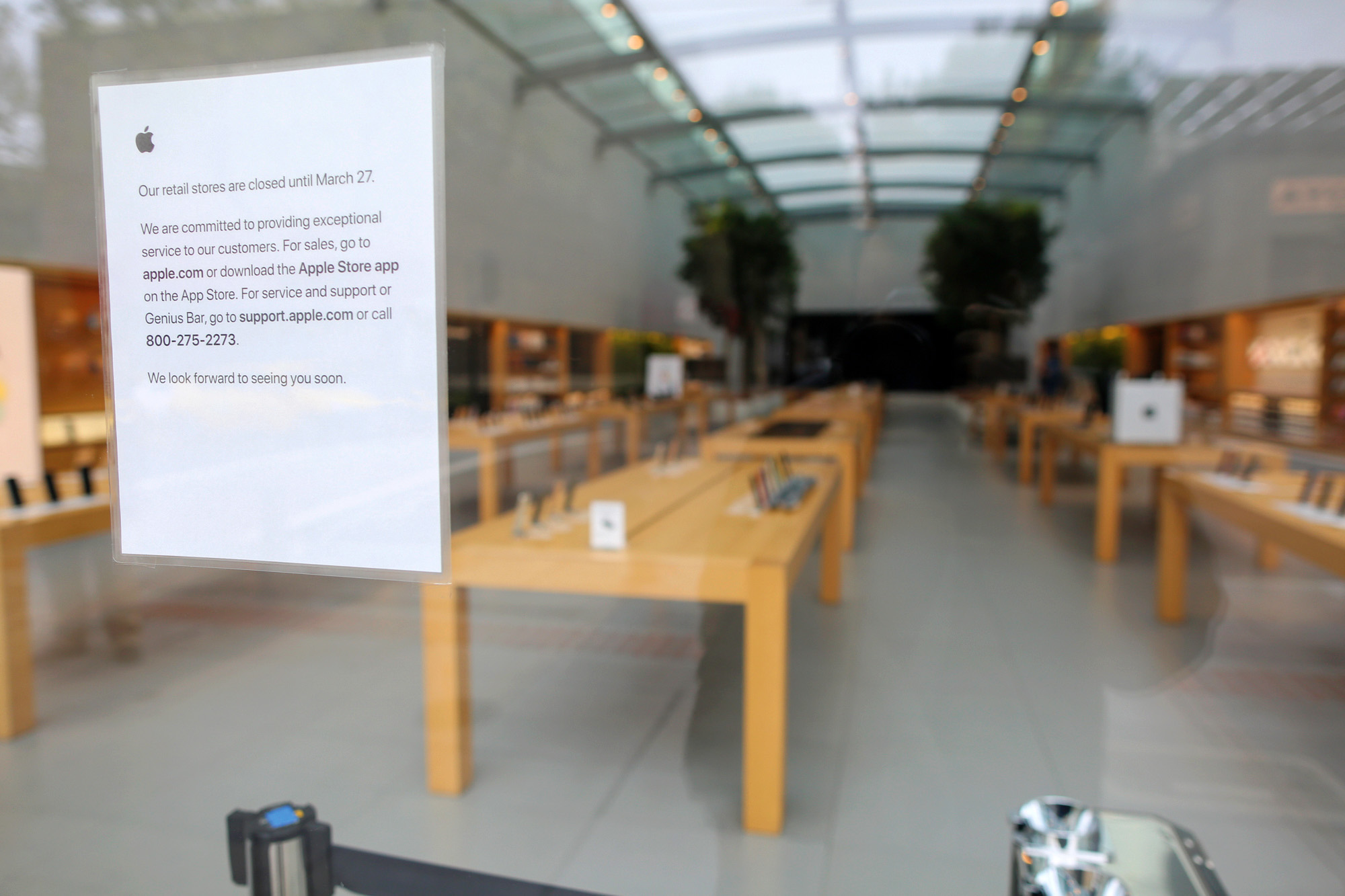 The normally bustling Apple store in Palo Alto has closed until March 27. Photo by Sammy Dallal.